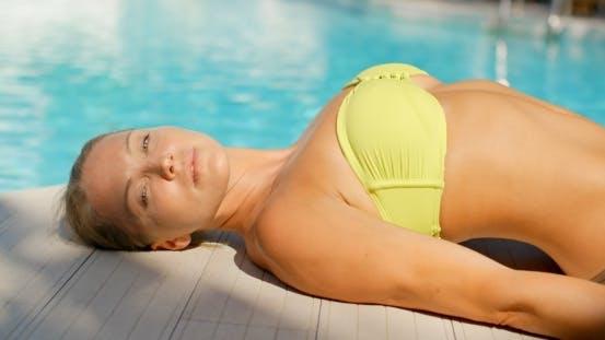 Cover Image for Frau In Gelb Bikini Suntanning Von Swimming Pool