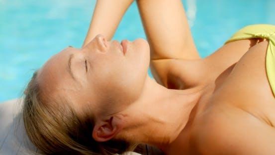 Thumbnail for Frau im Bikini Liegen Von Pool Mit Augen geschlossen