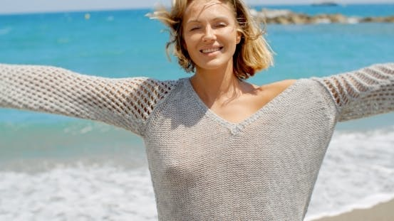 Cover Image for Frau Tragen Grau Pullover am Strand mit offenen Armen