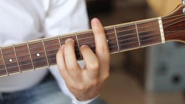 Thumbnail for Hände spielen akustische Gitarre