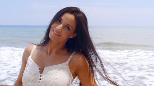 hispanic junge lady in weiß genießen bei die Strand
