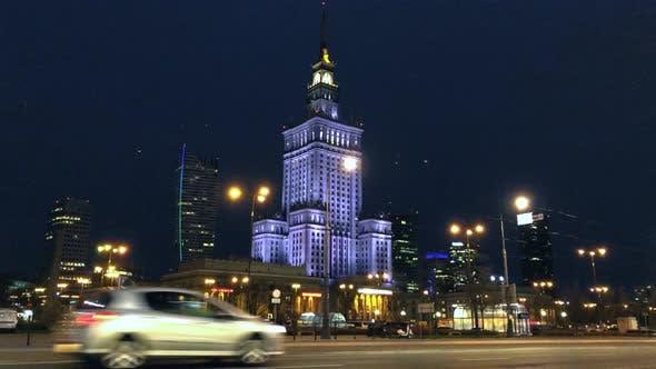 Nacht Stadtverkehr im Zentrum von Warschau In der Nähe des Palastes der Wissenschaft und Kultur Polen