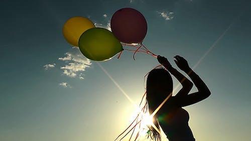 Mädchen spielen mit Ballons