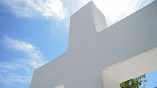 Weißes Kreuz im Kloster