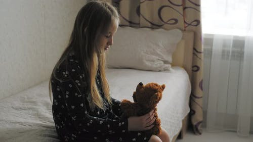 Trauriges Depressives Mädchen mit Teddybär Strafe