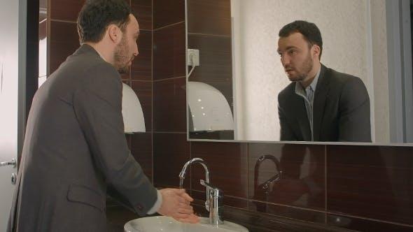 Thumbnail for Geschäftsmann Waschen Gesicht In Bad