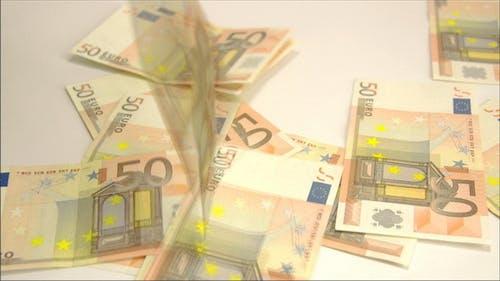 Viele 50 Euro auf den Boden geworfen