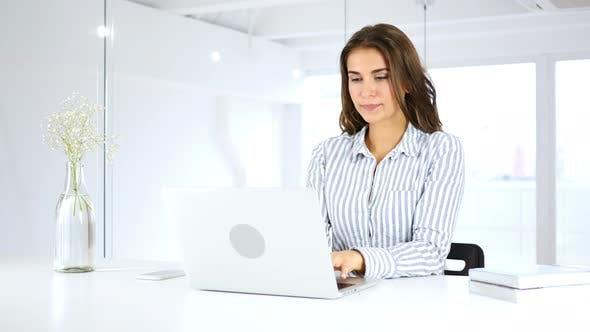 Thumbnail for Serious Hispanic Frau beschäftigt Arbeiten auf Laptop im Büro