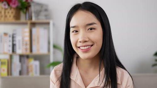 Lächelnde asiatische junge Frau