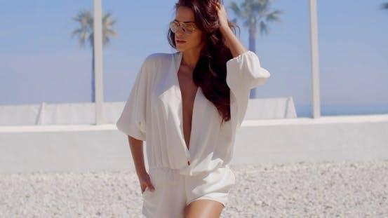 Thumbnail for entzückend und sexy Brünette posing neben zu Strand