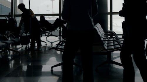 Passagiere warten in Lounge des Flughafens