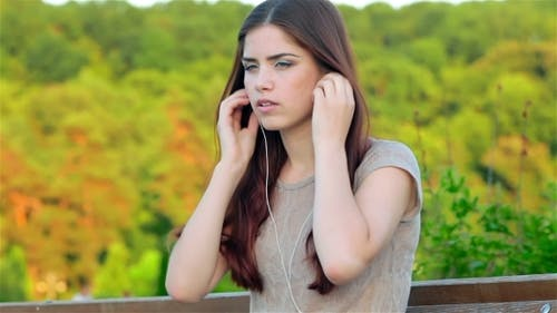 Une fille à l'écoute de la musique.