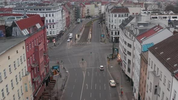 Thumbnail for AERIAL: Langsamer Flug über das leere Berliner Zentralviertel Rosenthaler Platz ohne Menschen