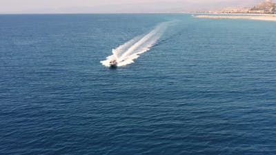 Dinghy Tracking navigates fast in the sea