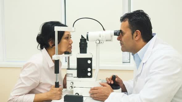 Cover Image for A Skilled Doctor Examines the Patients Eyes with a Device