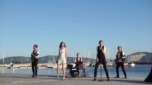 Musikalische Aufführung im Hafen