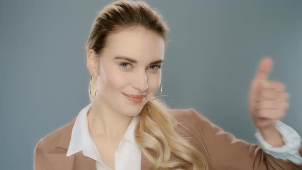 Porträt der erfolgreichen Geschäftsfrau zeigt Daumen nach oben. Selbstbewusster Profi