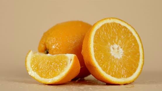 Auf saftigen Orangen fallende Wassertropfen.