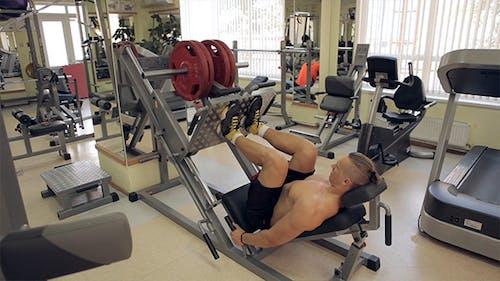 Bodybuilder Schubgewichte mit Beinen