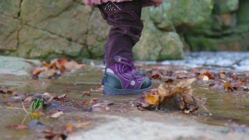 Schritte eines kleinen Mädchens