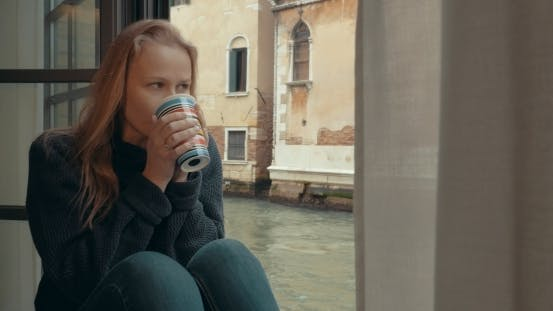 Thumbnail for Wistful Frau mit Kaffee zu Hause in Venedig