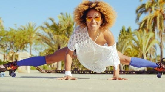 Thumbnail for Sexy Flexible Mädchen tun Splits auf Rollschuhe