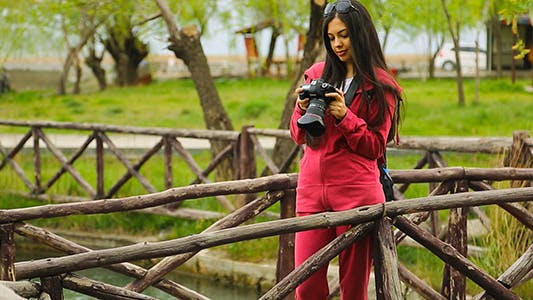 Cover Image for Woman Photographer