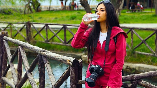 Thumbnail for Fotograf Mädchen Trinkwasser In Park