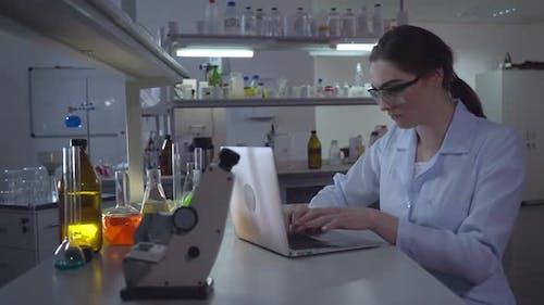 Wissenschaftler tragen im weißen Mantel
