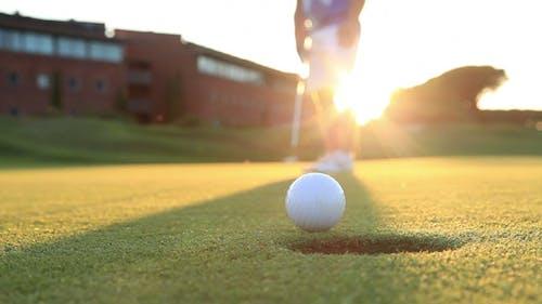 Golf spielen bei Sonnenuntergang