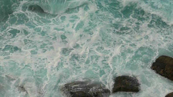 Thumbnail for Wellen Atlantischer Ozean brechen auf Felsen
