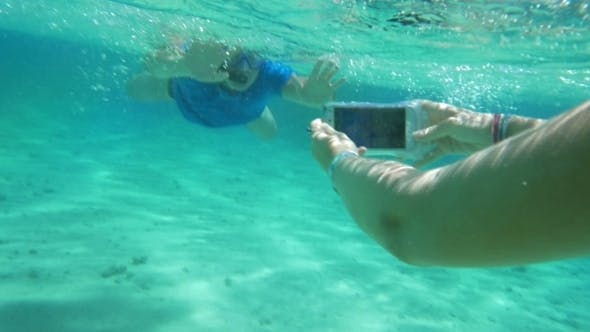 Thumbnail for Taking Smartphone Underwater To Get a Nice Shot