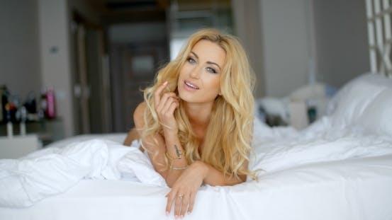Thumbnail for glücklich hübsch Frau liegend auf Ihr Bauch auf Bett