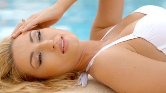 Thumbnail for Blond Frau In Weiß Bikini Liegen neben Pool