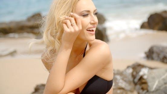 Thumbnail for Blond Frau Blick in die Entfernung auf Strand