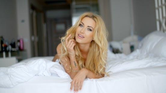 Cover Image for glücklich hübsch Frau liegend auf Ihr Bauch auf Bett