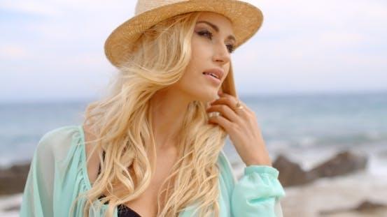 Thumbnail for blond frau genießen die brise auf die seashore