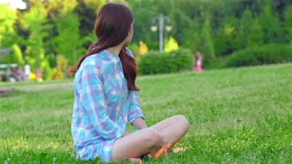 Cover Image for Teen Girl Doing Yoga In The Park.