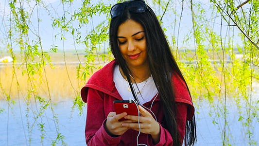 Cover Image for Young Woman Smartphone