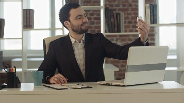 Thumbnail for Geschäftsmann nehmen ein selfie