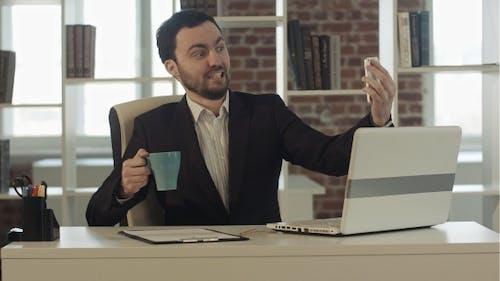 Geschäftsmann mit Smartphone, um Bild zu machen