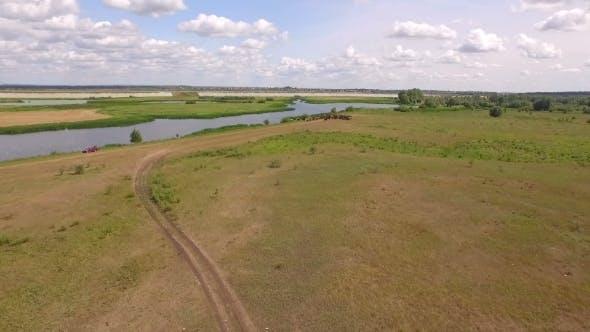 Thumbnail for Kamera fliegt im Feld zu Herde von Schafen