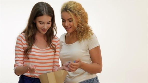 Thumbnail for Freundinnen Shopaholics schauen im Paket