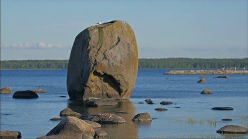 Felsformation auf dem Meer mit anderen Felsen
