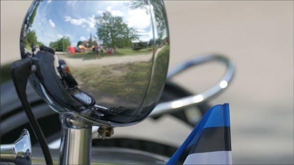 Ein schwarzes großes Motorrad auf dem Parkplatz