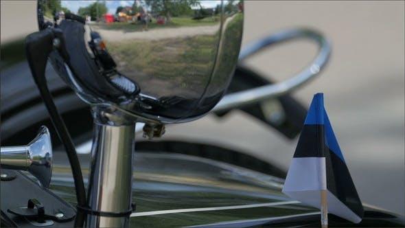 Glänzender Seitenspiegel des Motorrads