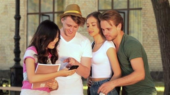 Thumbnail for Gruppe Von Studenten nehmen Selfie