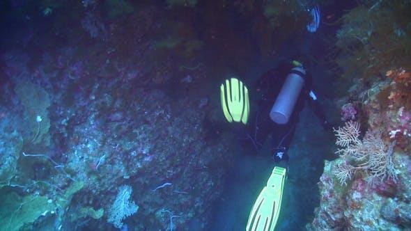 Thumbnail for Taucher Schwimmen durch Unterwasserhöhle