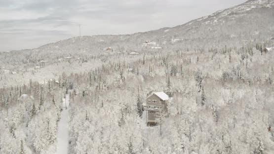 Drohne Schuss von Alaskan Autobahn in den frühen Morgen, verdrehenvorbei an schroffen Berg, Überführung, helicopt