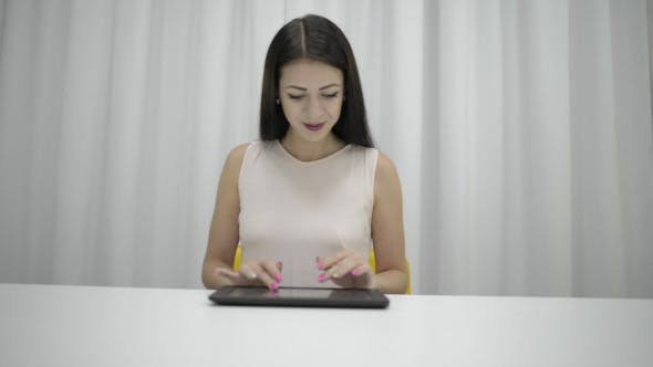 Cover Image for Girl Using Tablet  Keyboard